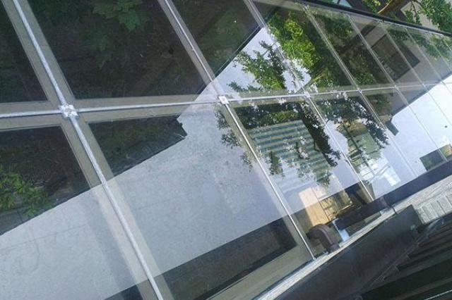 有別於傳統使用PC板或是一般膠合玻璃的採光罩。