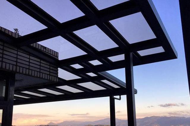 將透天別墅屋外的廊道重新規劃並減少了熱能進入室內。
