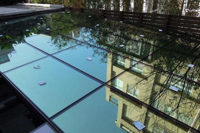 一直想利用樓上陽台的空間搭建玻璃屋,但得到良好的採...